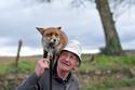 صور دافئة لعجوز ينقذ حياة ثعلبين رضيعين فيردان له الجميل بطريقة غير متوقعة
