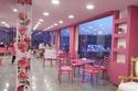 المطعم يسيطر عليه اللونين الوردي والفوشيا