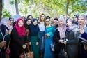 الملكة رانيا تتوسط مجموعة من الفتيات
