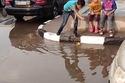 أطفال تلعب في مياه الأمطار