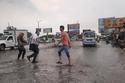 محاولات للمرور في الشوارع الغارقة