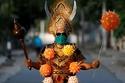 أحد السكان المحليين يرتدي زي  إله الموت الهندوسي