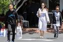 أنجلينا جولي في جولة تسوق برفقة طفليها