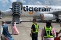 تم  فحص درجة حرارة الركاب في مطار تاويوان  في تايبي قبل الصعود