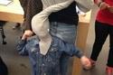 طفل يضع نفسه ووالدته في موقف محرج