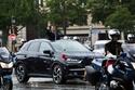 الرئيس الفرنسي إيمانويل ماكرون في سيارة الموكب الرئاسي