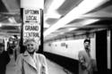 تأخذ مترو الأنفاق في محطة غراند سنترال في 24 مارس 1955 في نيويورك