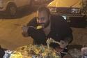 صور النجوم العرب تكشف عشقهم للطعام: رقم 20 تناول لحوم مغطاة بالذهب