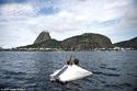 صور متشرد برازيلي يصنع من القمامة طوافة لكي يعيش في البحر