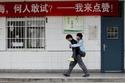 صور صيني يحمل صديقه على ظهره لـ3 سنوات متواصلة ليتمكن من الدراسة