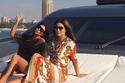 كيم كارداشيان مع أخواتها في رحلة على القارب في دبي