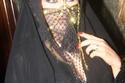 """لا تزال بعض النساء المصريات يحافظن على الحجاب و""""البرقع"""" التقليدي، ومن المفارقات بأنه كان للون البرقع دخل في تحديد ما اذا كانت الفتاه متزوجه او لا فإن كانت متزوجه يكون لونه احمر واذا كانت غير متزوجه يكون لونه ازرق."""