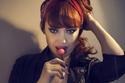 """فصلت الخطوط الجوية التركية المضيفة زوهال سنغال  لأنها """"حسناء أكثر من اللازم """"، كما وجد القيمون صوراً لها كعارضة أزياء وهذا الأمر مخالف للقواعد ونشرت قصتها جريدة ديلي ميل وغيرها من وسائل الإعلام في العالم."""