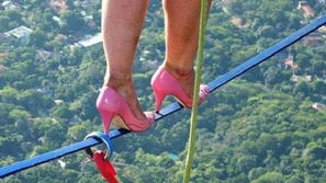 صور لفتاة تمشي بالكعب العالي على الحبل من ارتفاع 840 متراً.. شاهدوها!