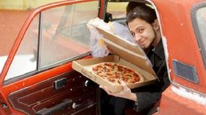 صور لشاب يتزوج بيتزا.. شاهدوا القصة بالكامل!