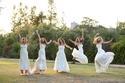 صور رائعة لـ5 شقيقات ارتدين فستان الزفاف في نفس الوقت
