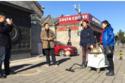 فنان صيني ينظف الهواء بمكنسة كهربائية!