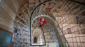 لديه مجموعة مذهلة لصحف ورقية من ثلثي بلدان العالم.. هكذا جمعهم!