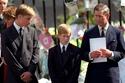الأمير تشارلز رفقة الأمير ويليام وهاري أثناء توديع والدتهما