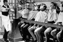 آلة يمكنها حلق لحى عشرات الرجال دفعة واحدة عام 1960
