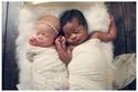 طفلان توأم أحدهما أبيض والآخر ذو بشرة سمراء: شاهدوا صورهم الممتعة