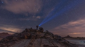 صور مذهلة لحركة المجرات فوق قمة جبل سعودي تأخذك إلى عالم آخر