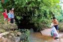 يعبرون النهر في أكياس