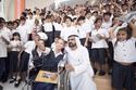 حاكم دبي يلتقط سيلفي مع الأطفال وعامة الشعب