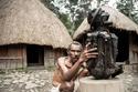 رجل في قبيلة داني يُمسك بجثة محنطة