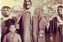 الشيخ أحمد الجابر مع ابنائه الشيخ جابر الاحمد والشيخ صباح الأحمد