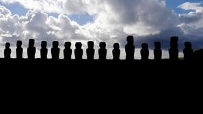 صور: اكتشاف مدهش لمئات التماثيل مخبأة تحت الأرض لم يظهر منها إلا رؤوس!