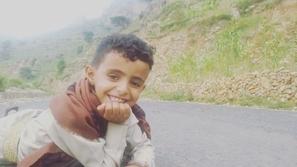 فيديو وصور: له صوت مبهر.. طفل يمني يبيع الماء ويغني بالشوارع