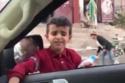 الطفل عمرو أحمد خلال الغناء في الشارع