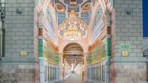 لقطات مؤثرة لأول صلاة في المسجد النبوي ومساجد السعودية بعد غياب شهرين