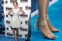 أليسيا راينر في حذاء سحق أصابعها