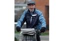 أحد أكبر متاجر الدراجات في بريطانيا قد رغب في مفاجأة موزع الصحف