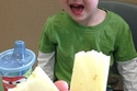 طفل ينفجر في البكاء بعد أن قسمت والدته الجبن إلى قطعتين