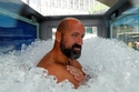 شاهد رجل يقف في صندق من الثلج لمدة ساعتين ونصف دون أن يتأثر بالبرد