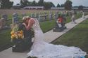 صور: لا تبكي.. عروس تتزوج وحدها بعد وفاة خطيبها بشجاعة في حادث 😢