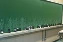 في عالم التكنولوجيا تمنع المدارس وضع الهواتف بجانب الطلاب