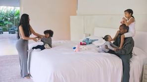 صور: أغرب عادات المشاهير خلال النوم.. رقم 13 لديه غرفة خاصة للشخير