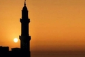 يبدأ الإفطار في رمضان بمجرد رفع أذان المغرب وليس غروب الشمس الكامل