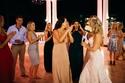 وصيفة العروس تنهمر في الدموع من السعادة