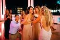 العروس تمنح صديقتها باقة الزهور