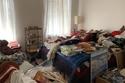 تبدو الغرفة وكأنها مخزن للكثير من الأشياء