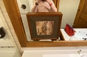 إطار أمام المرآة في الحمام لمنع رؤية الشخص وهو يتبول