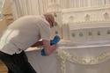 بيتر يصنع واحدة من أكبر كعكات الزفاف في العالم