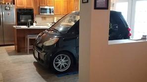 صور: رجل يبتكر طريقة طريفة لحماية سيارته من الإعصار.. هكذا وضعها