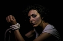 صورة جلسة تصوير مؤلمة تعكس ألواناً من العنف ضد المرأة!