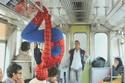 سبايدرمان داخل مترو الأنفاق لتسلية المواطنين الذين يعانون من الحزن